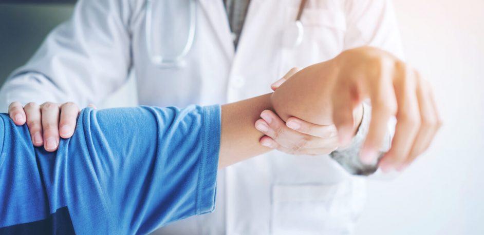 shoulder-pain-patient-with-doctor